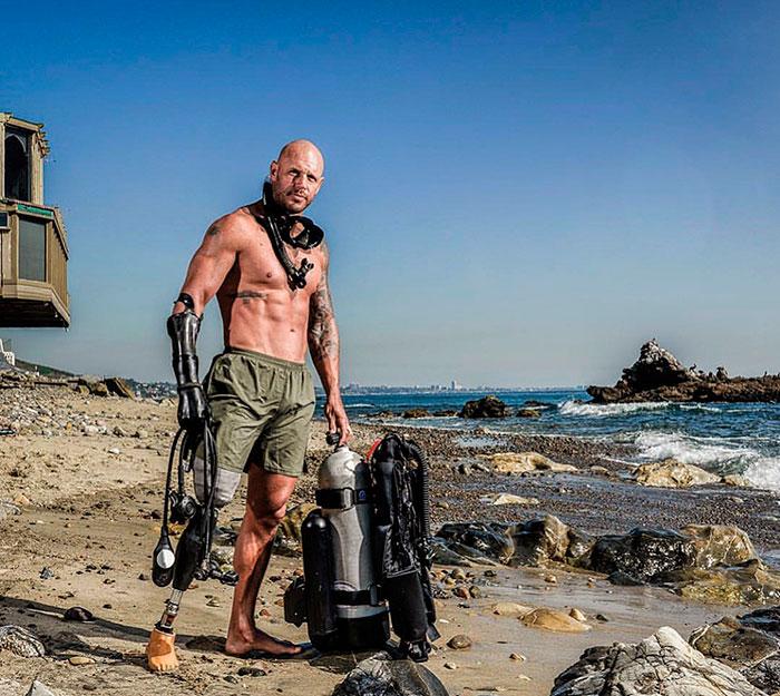 Paul de Gelder mostrando sus prótesis en la playa